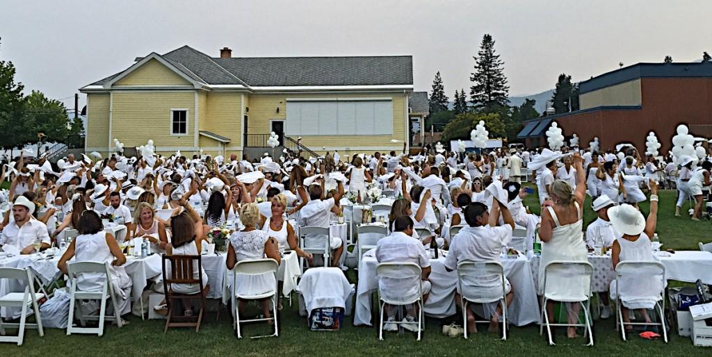Napking waving starts the event. Okanagan diner en Blanc 2015