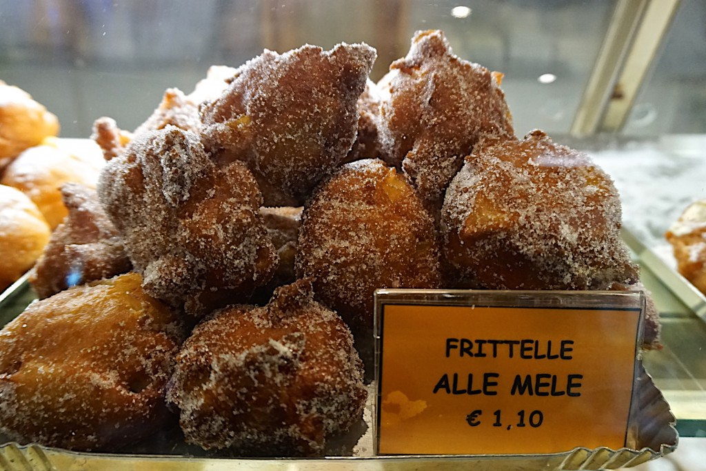 Carnevalle fritelle with apples