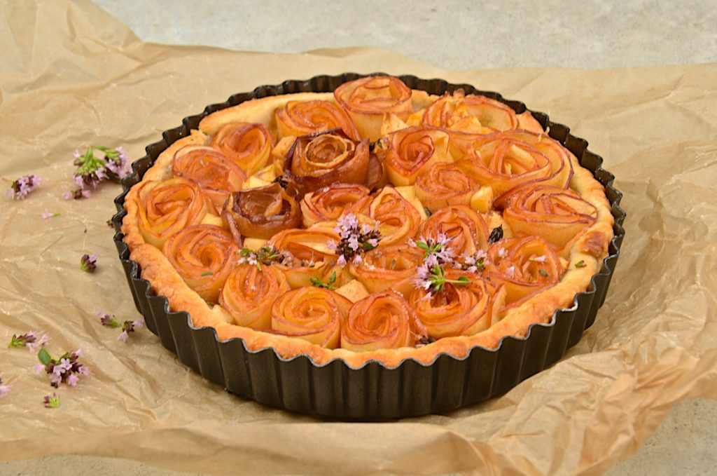 Apple roses tart with thyme