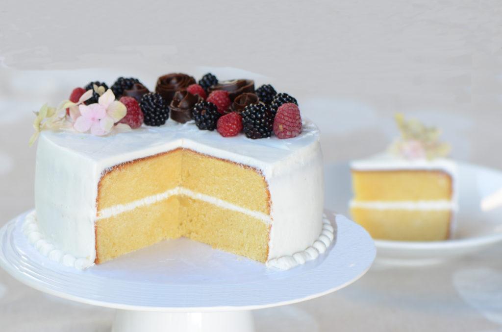 Vanilla cake with chocolate roses