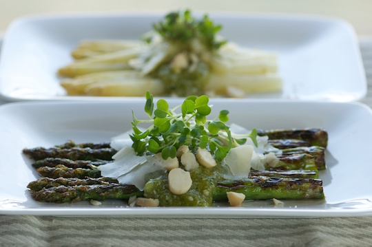 WGreen and white asparagus with macadamia pesto