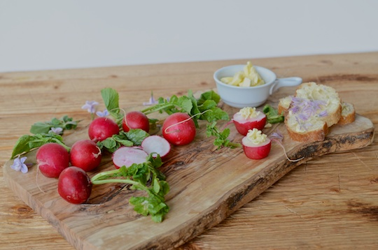 Radishes with butter and baguette