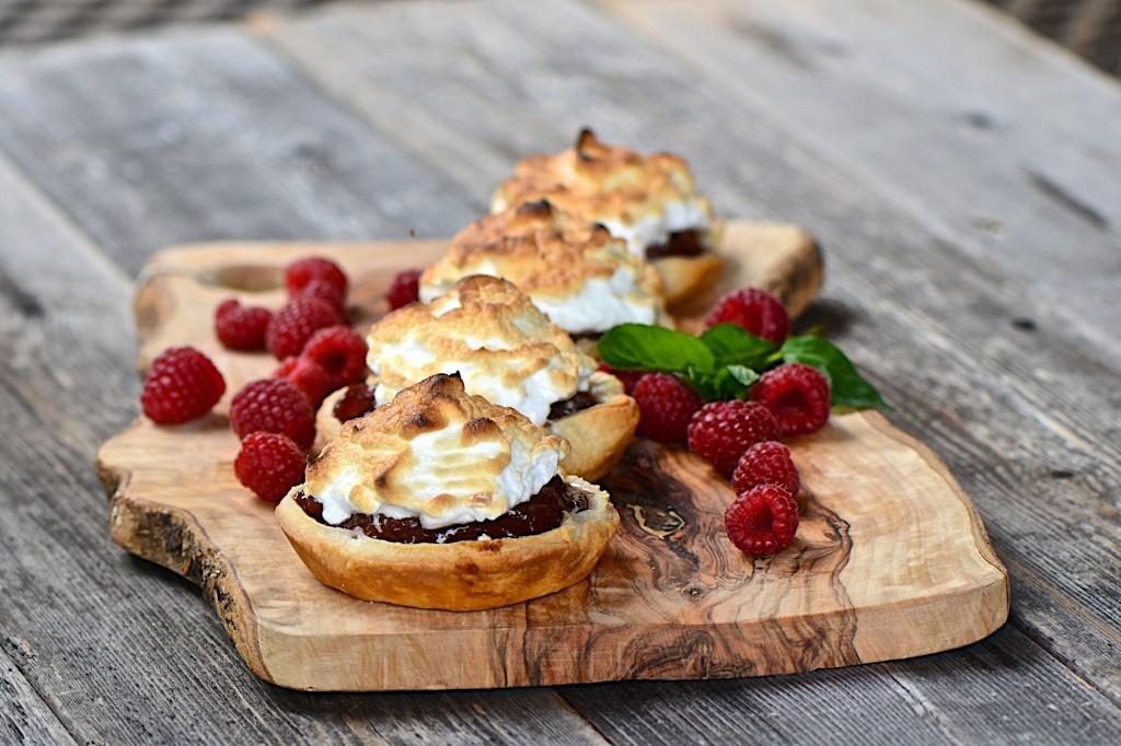 Rhubarb-raspberries tarts with meringue