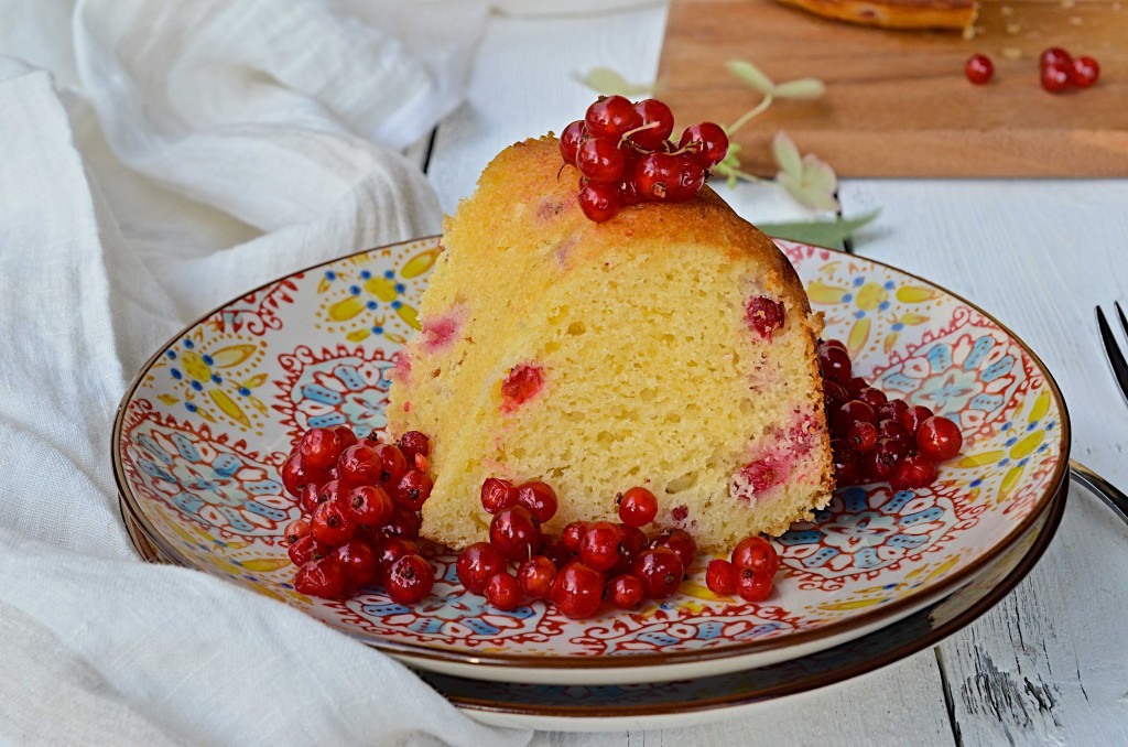 Red currant bundt cake