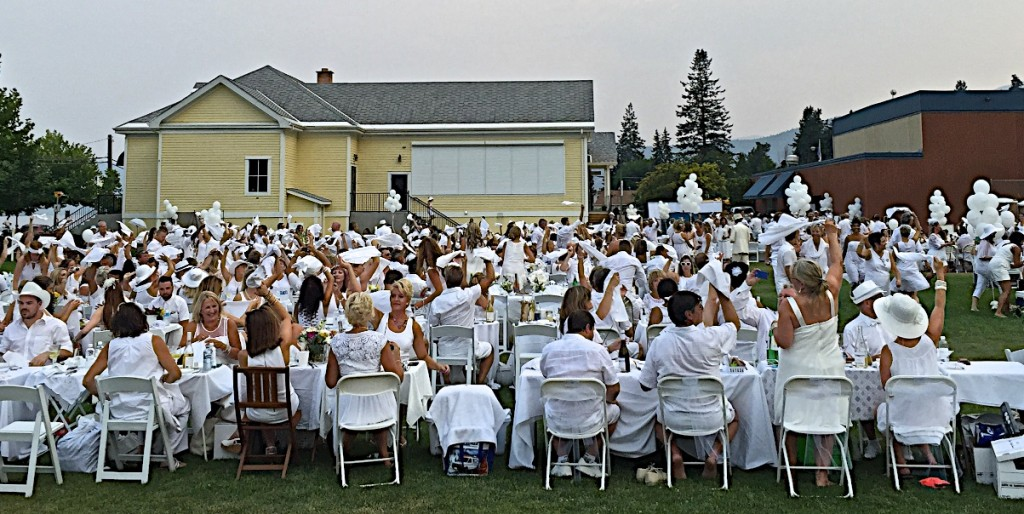 Napking waving starts the event. Okanagan diner en Blanc 2015