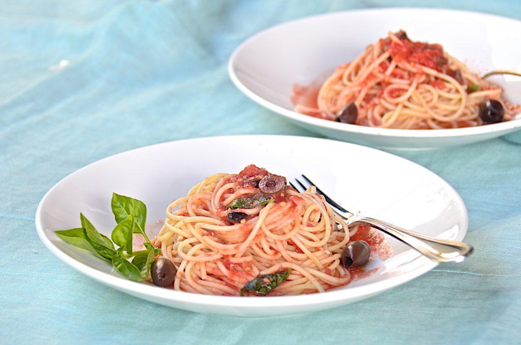 Pasta with raw tomato sauce